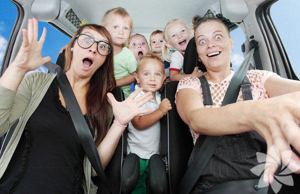 Takvimler yavaş yavaş sonbahara doğru ilerlese de birçok aile seyahatlerini daha serin ve daha az kalabalık olur umuduyla bu günlere erteler… Çocukla çıkılacak seyahat önceden hazırlık gerektiren, büyük bir bagaj gerektiren ve otomobilde geçecek saatleri en az ağlamayla, mızırdanmayla atlatabilmek için donanım gerektiren bir durum… Çocukla otomobil seyahati yapacak olanlar için hayatı kolaylaştıracak birkaç önerim var…