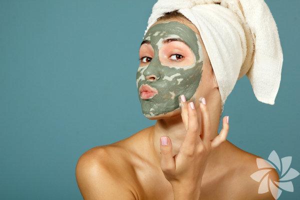 Harika bir cilt için evinizde kolaylıkla yaratabileceğiniz tamamen doğal yüz maskeleri varken neden dudak uçuklatan güzellik ürünlerine tonlarca para veresiniz ki? Yiyeceklerle yapılan yüz maskeleri yeni bir şey değil; ancak birçok güzellik ürünündeki şüpheli kimyasalların daha çok farkına vardığımız şu günler, yüz maskeleri için en iyi gıdaları tekrar tanımak ve onlara bir şans vermek için en iyi zaman!