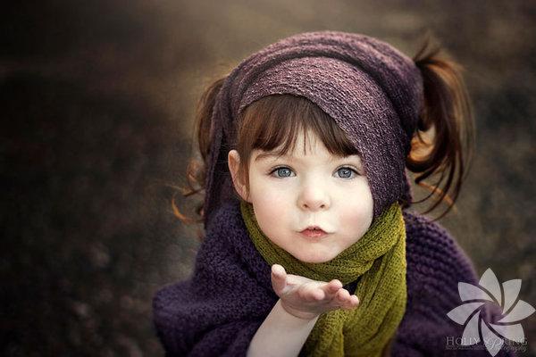 Yeni Zelanda Auckland'da yaşayan Holly Spring 9 ay beklediği kızı doğduğunda diğer anneler gibi sevinemedi… Minik Violet'in doğuştan bir eli yoktu; bir de doğumdan hemen sonra bir seri ameliyata girmesini gerektiren Hirschprung adında nadir rastlanan bir bağırsak hastalığı…