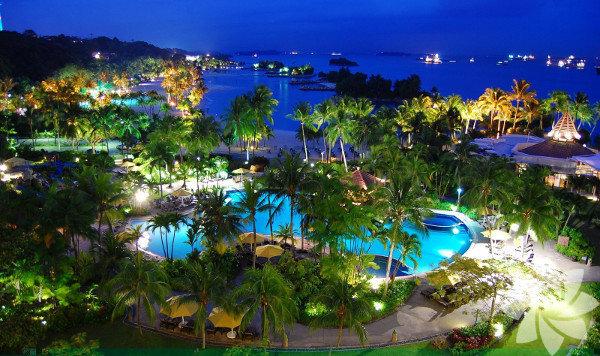 Singapur'un güney kıyısına 500 metre uzaklıkta olan Sentosa Adası, Singapur'a bir köprü ile bağlı...