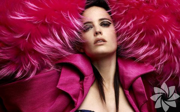 Tam adı Eva Gaelle Gren, 5 Temmuz 1980 Fransa'da dünyaya geldi.
