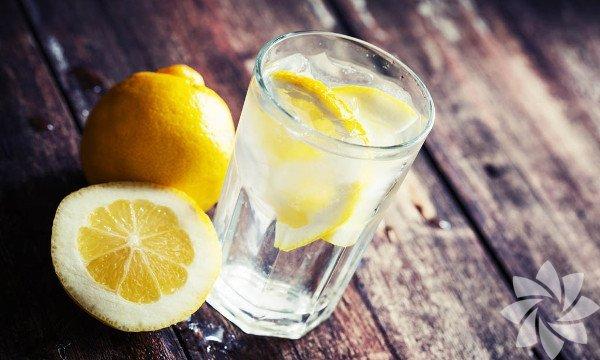 Detoks suları Detoks suları, fazla kilolarla mücadelede kesinlikle en güvenilir müttefiklerinizdir – mutfağınızda kolaylıkla yapabilirsiniz; meyvelerden, sebzelerden ya da her ikisinden birden. Turunçgiller güçlü detoks kapasiteleri ile tanınırlar. Dolayısıyla vücudunuzu aylardır birikmiş toksinlerden arındırmanıza yardımcı olacak gıdalar arıyorsanız eğer, detoks suyunuza kesinlikle turunçgillerden bir meyve eklemelisiniz. Zencefil, havuç ve elma gibi yüksek lifli kök besinler de detoks sularında kullanılmak üzere tavsiye edilirler. Çünkü bu meyveler sindirim sisteminin doğru çalışmasını desteklerler ve antioksidanlar açısından çok zengindirler.
