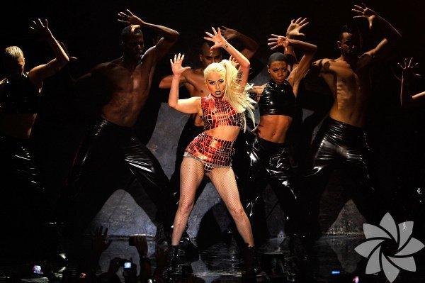 """Haftanın konseri  Son olarak H&M'in yılbaşı kampanyası için Tony Bennet ile bir araya gelerek yine """"Her güne bir Lady Gaga haberi"""" programını bozmayan ve yeni dünyanın en büyük pop yıldızı olan Lady Gaga günü 16 Eylül! Çünkü Gaga, """"Lady Gaga'sart RAVE: the ARTPOP Ball"""" turnesi kapsamında, Doritos ana sponsorluğunda ilk kez Türkiye'de! Pozitif Live organizasyonu ve Live Nation Global Touring işbirliği ile gerçekleşecek konser bu sonbaharın hatta bu yılın en büyük olaylarından biri olacak. Müziği bir yana olağanüstü bir şov olan konseri kaçırmak olmaz."""