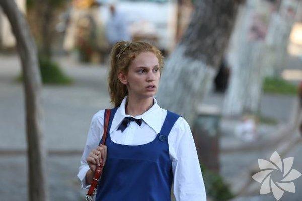 Farah Zeynep Abdullah, Çağan Irmak'ın yeni filmi Unutursam Fısılda'da 70'li yıllarda pop yıldızı olan Ayperi'yi canlandırıyor.
