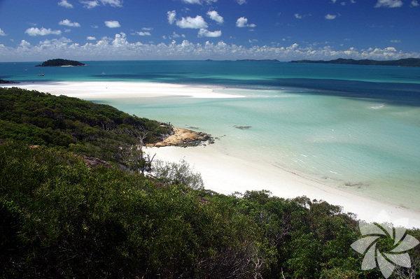 1) Whitehaven Beach Whitsunday Island, Avustralya'da bulunan bu kumsal parlak ve simli beyaz kumlardan oluşuyor.