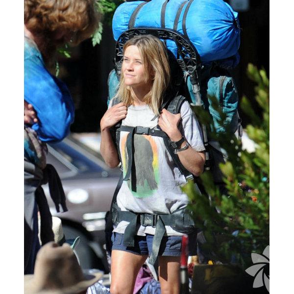 """Yaban (Wild)  Neyin nesidir?  Cheryl Strayed'in 2012'de kaleme aldığı anı kitabı, annesinin ölümüyle kendini yürüyüşe verip kapitalizme isyan eden, uyuşturucu ve seks müptelası bir bireye odaklanıyor. Yönetmenliğini Jean-Marc Vallée'nin yaptığı yapıtta Reese Witherspoon ve Laura Dern rol alıyor.  Oscar şansı:  """"En İyi Yardımcı Kadın Oyuncu""""da Laura Dern için favori diyenler var. """"En İyi Kadın Oyuncu""""da Reese Witherspoon ilk üçte. Bunlara Nick Hornby'nin uyarlama senaryosunun yanı sıra kurgu ve müzik de eşlik edebilir.  'En İyi Film Oscar'ına ne kadar yakın?  Buradan """"Milyoner"""" ve """"12 Yıllık Esaret""""i zafere ulaştıran Fox Searclight bu sene daha ziyade Venedik ve Telluride yolunu seçip birincil tehdide dönüşen """"Birdman""""i öne çıkarıyor. Bu film onların """"Büyük Budapeşte Oteli"""" ile birlikte yan ürünü.  Türkiye vizyon tarihi:  22 Şubat 2015"""