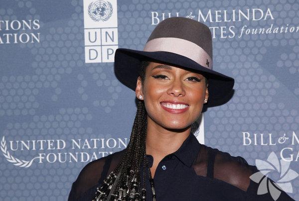 """33 yaşındaki hamile şarkıcı Alicia Keys, 7.5 aylık hamile karnına  """"barış"""" sembolü boyayarak çıplak poz verdi. Keys elleriyle göğüslerini  kapatarak verdiği pozu Instagram  sayfasından yayınladı."""