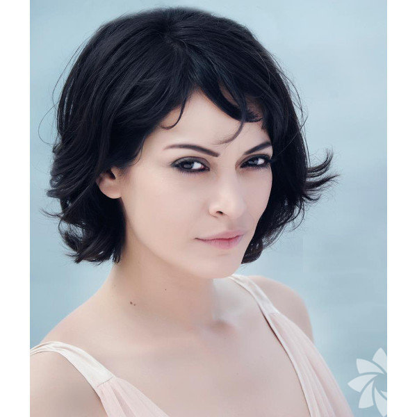 22 Haziran 1981 tarihinde İzmir'de doğdu.