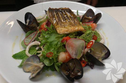 Izgara levrekli deniz ürünleri salatası
