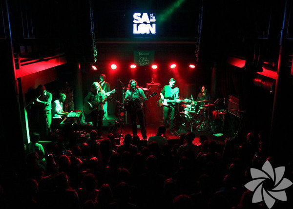 Takip et Salon'da yeni sezon... İstanbul'un popüler etkinlik mekanı Salon'da bu hafta: Bugün 22.30'da Kanadalı indie rock grubu Suuns, 15 Ekim 20.00'de Salon ve Doğan Kitap işbirliğiyle düzenlenen söyleşiler dizisi İstanbul'un Aşkları, İstanbul'un Oyuncuları, 16 Ekim 21.30'da ABD'li folk müzisyen Marissa Nadler, 17 Ekim 22.00'de Garanti CazYeşili kapsamında Red Snapper konseri...