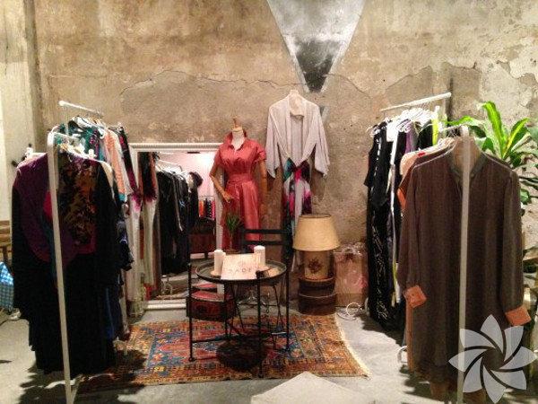 Souq Karaköy bir çeşit pazar yeri Şehrin en havalı etkinliklerinden biri olan, hipster ve trend takipçileri için kaçınılmaz bir çekim noktası Souq Karaköy, yarın da Karaköy Külah'ta devam edecek. Bir tarafta vintage kıyafet alışverişi stantları diğer tarafta ünlü tasarımcıların işleri, sample sale'lerden yakalanacak trendy parçalar, kulaklıklar, kahve molaları derken 'orada olun'demekten başka seçeneğimiz yok! Detaylar souqkarakoy.com'da.