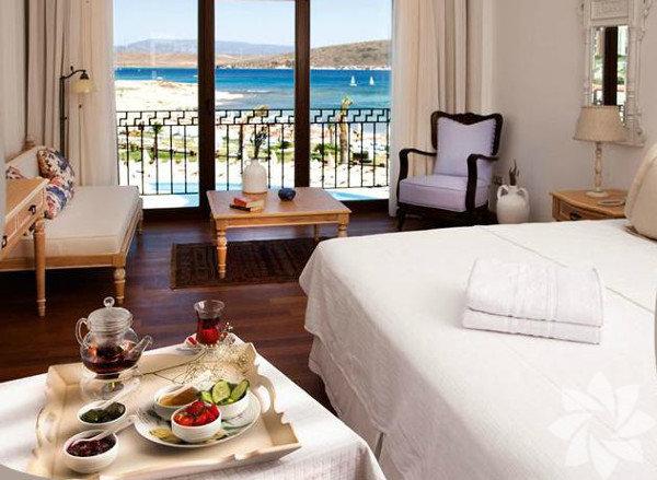 Alaçatı - Corendon Premier Solto Hotel Deniz görmeden yapamayan çiftler arasındaysanız mevsim dinlemeden Alaçatı'ya gidebilirsiniz... İzmir, kasım ayında da içinizi ısıtacaktır.