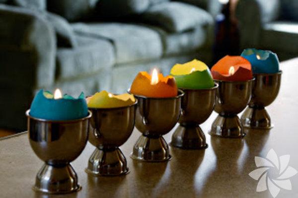 Kırılmış yumurtaları rengarenk boyayıp sevimli birer mumluğa çevirebilirsiniz.