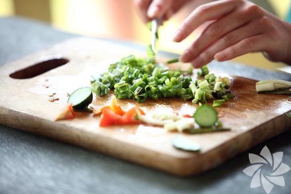 1. Dışarıda yemek yerine evde yemek pişirin. Evde yemek yaparak daha sağlıklı öğünler oluşturabilir ve kalori hesaplamalarınıza sadık kalabilirsiniz. 2. Meyve suyu içmek yerine meyve tüketin. Bir bardak portakal suyunda çok az miktarda posa bulunur. Bardağı unutun ve içerdiği besin değerlerinden tam olarak faydalanabilmek için meyveyi bütün olarak tüketin. 3. Fritöz kullanmak yerine az yağla kızartmayı deneyin.Fritözde pişirilen yemekler sağlıksızdır! Daha az yağ kullanarak da lezzetli yemekler yapabilirsiniz.