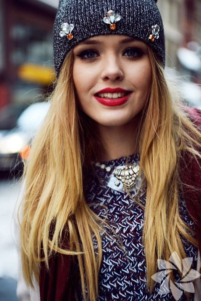 Saçlarınızla başa çıkamadığınızda yardımınıza koşan bereler var! Saç renginize ve kendi stilinize göre seçebileceğiniz berelerle şık kombinasyonlar yaratabilirsiniz. Örneğin berenizin üzerini taşlarla süsleyerek sıradan görünümden uzaklaşabilirsiniz.