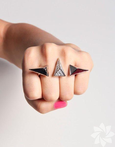 İkili yüzük yani double yüzükler, bir tane gibi görünüp parmaklarınıza taktığınızda sanki birden çok yüzük varmış gibi görünmesini sağlar.