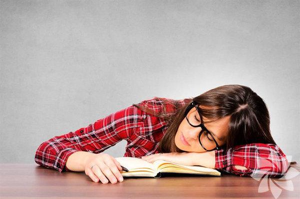 1. Ayağa kalk ve hareket et Rahat ve sıcak bir pozisyonda oturmak ayık kalmanıza pek yardımcı olmayacaktır. Uyuşuk ve uykulu hissettiğinizde, ufak bir yürüyüş mucizeler yaratabilir. Yapmak istediğiniz son şey gibi gözükebilir ama yorgun olduğunuzda 'ayakta' kalmanızın en iyi yollarından biridir.