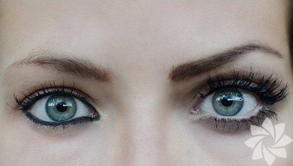 Alt göz kapaklarınızın iç kısmına göz kalemi sürmek, her daim gözlerin daha yorgun ve küçük gözükmesine yol açar. Koyu renk göz kalemi kullandığınızda bu durumu vurgularsınız. Bundan kaçının.