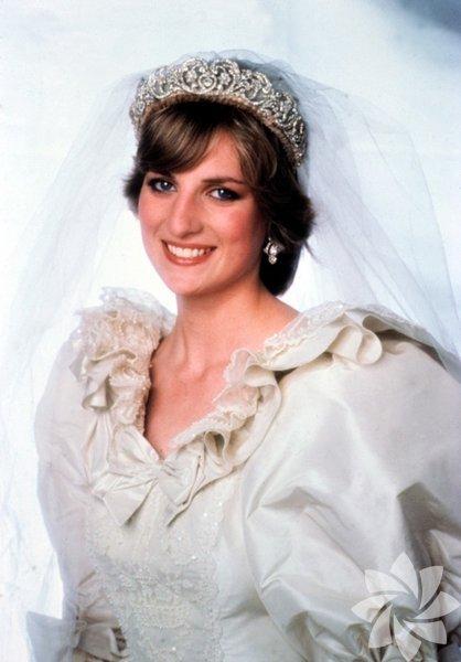 Diana, Galler Prensesi Prens Charles ve Lady Diana'nın 29 Temmuz 1981 yılında gerçekleşen muhteşem düğünü, haklı olarak yüzyılın düğünü diye bilinir. Leydi Diana bu özel gün için David ve Elizabeth Emanuel imzalı bir gelinlik seçmişti. 40 metrelik ipek ve antika dantelden yapılan, binlerce küçük inci ile süslene gelinlik, gelmiş geçmiş en güzel gelinliklerden biri haline geldi.