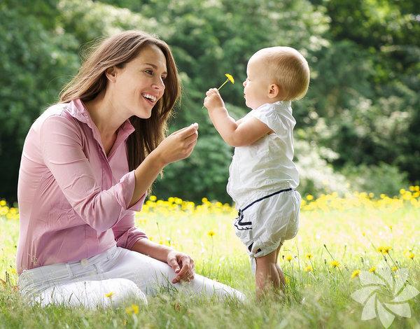 İlişkilerde yakın bağlar, çocuklarımız için olduğu gibi biz ebeveynler için de gereklidir. Çocuğumuzla aramızdaki ilişki güçlü olduğunda aynı zamanda da sevgi doludur – yani verdiğimiz kadar karşılık görürüz. İşte bu, ebeveynlik süreci boyunca verdiğimiz çabanın ve uğraşların karşılığıdır.