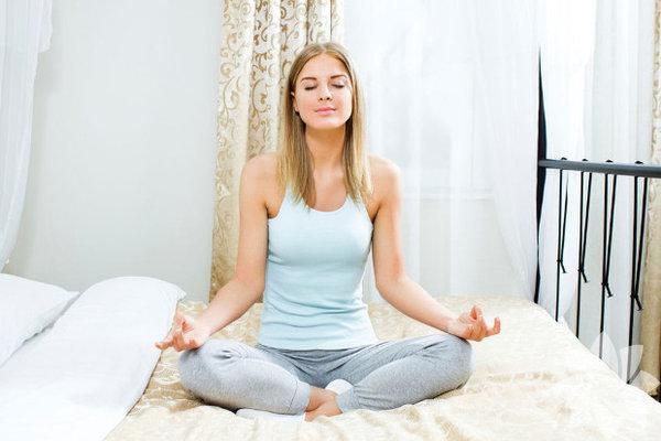 Her gün yoga yapmanız gerekmez.  Yogaya durmaksızın egzersiz yapacak kadar aşkla bağlanmak çok kolaydır. Size yeterli gelmediği için günde iki kez dört ile beş saat boyunca yoga yapıyor musunuz? Bu, vaktinizi ayırmanız gereken başka işler olmadığında mümkün. Ancak hayat koşulları göz önünde bulundurulduğunda yogaya ayırdığınız saatler sağlığınız ya da yaşamınız için uygun olmayabilir. Dikkatli davranmazsanız vücudunuza ve zihin enerjinize zarar verebilirsiniz. Bunun yerine bedeninize saygı duyun ve sizin için dengeli olacak bir yoga programınız olsun.