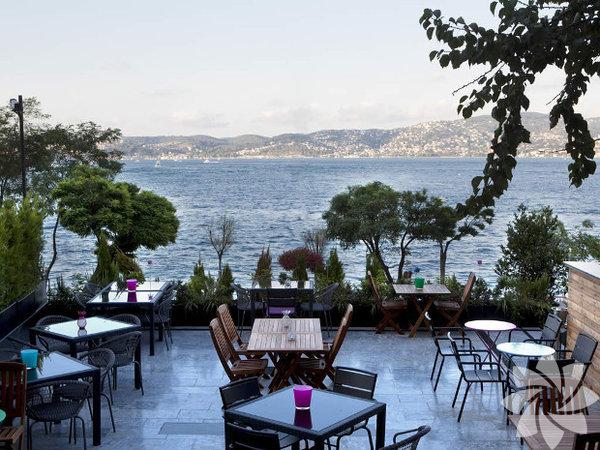 """Yeme – içme  Haftanın mekân önerisi, yemek keyfinin yanında sakin bir ortam ve manzara da arayanlar için... Yeni sezonla birlikte konsepti ve mönüsü de yenilenen La Boom Emirgan. Dünya mutfağı lezzetleri ve mevsimlik kokteyller iddialı...  2010 yılından beri dünyanın en iyi 50 restoranı arasında ilk 3'te yer alan Osteria Francescana'nın dünyaca ünlü 3 Michelin Yıldızlı İtalyan şefi Massimo Bottura, 17 Aralık 17.00'de, Ristorante Italia'da; ilk kitabı 'Sıska Bir İtalyan Şef'e Asla Güvenmeyin'i imzalayacak. Meraklısına...  Vazgeçilmez tutkulardan biri olan çikolatayla daha bir haşır neşir olmak isteyenler, önerimiz size... Mövenpick Hotel Istanbul, yılbaşı çikolataları yapımı kursu düzenliyor. Kurs çalışmasında bugün 15.00-18.00 saatleri arasında çikolata eritme, saklama ve işlemeyle ilgili teknik bilgilerin yanı sıra ganaj, trüf çikolata ve lolipop çikolata yapımı öğretilecek.  Renaissance Istanbul Bosphorus Hotel, """"7 Hafta 7 Bölge"""" isimli yemek festivalinde, bu hafta Ege lezzetlerini sunuyor. Enginar dolması, zeytinyağlı hindi bağ, zeytinyağlı bamya ve daha neler neler, 212 Restaurant'ta sunuluyor."""