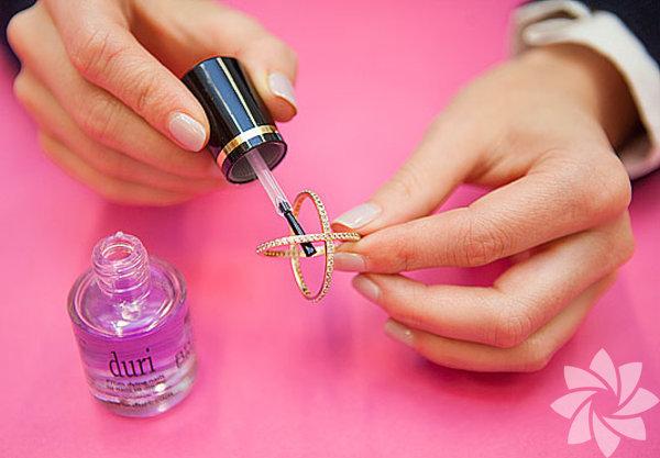 İmitasyon yüzüklerinizin parmaklarınızı boyuyorsa içlerini renksiz ojeyle boyayın. Yüzüklerinizin bu formül sonrasında parmaklarınızda iz bırakmadığını göreceksiniz.
