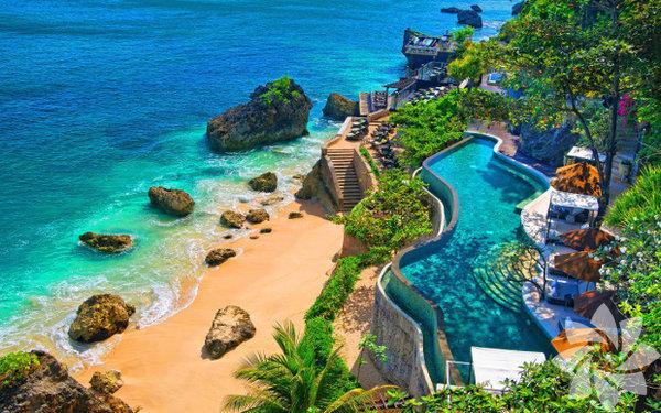 Güneşi özleyenler için  Bali Sıcak bir yılbaşı tatili için Endonezya'nın Bali Adası güzel bir seçim olur. Dinlenip deniz keyfi yaptığınız bir tatilin sonunda, yeni yıla romantik bir ortamda girebilirsiniz. Güzel ve şık bir restoranda yemekle başlayan yılbaşı gecenize, yılbaşı karnavalıyla meşhur Kuta Beach'deki plaj partisinde devam edip, sahilde havai fişek gösterilerini izleyebilirsiniz.