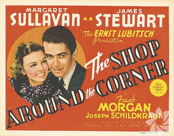 """The Shop Around The Corner 1940 Yönetmen: Ernst Lubitsch Kralik (James Stewart) uzun süredir yazıştığı mek - tup arkadaşının, çalıştığı hediyelik eşya dükkânında işe yeni başlayan Klara (Margaret Sullavan) olduğunun farkında değildir. Mektuplarda iyi anlaşsalar da gerçek hayatta geçinemezler. Noel ruhuyla romantik komediyi birleştiren ilk filmlerden. Macar yazar Miklos Laszlo'nun oyunundan sinemaya uyarlanan film, yıllar sonra """"Mesajınız Var""""a (You've Got Mail – 1998) da ilham vermişti."""