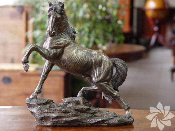 Şaha kalkmış bir at figürü zor bir iş hayatı olan dostunuza yeni yılda rakipleri arasından zaferle çıkmasını temsil eder.