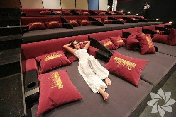 Evinizin salonundaki rahatlığı sinema salonunda da yakalayın; ister uzanın, ister yaslanın ve bir şeyler atıştırın...