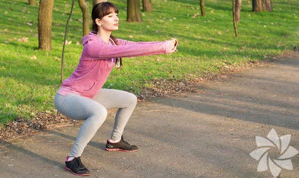 """Squat aslında """"çömelmek"""" anlamına geliyor. Vücudu kuvvetlendirmek ve özellikle bacak kaslarını çalıştırmak için yapılan çömelip-kalkma hareketine basitçe """"squat"""" deniyor. İki elde tutulan veya omuzlarda taşınan ağırlıklarla da yapılabiliyor, biraz daha hafif bir egzersiz için herhangi bir ağırlık almadan sadece çömelip-kalkarak da yapabilirsiniz…"""