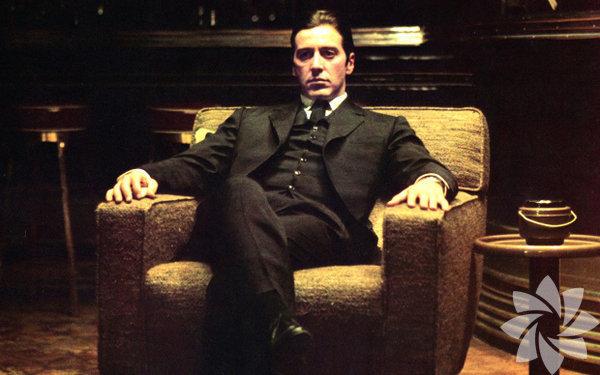 """Baba 1972  (The Godfather)  Yönetmen: Francis Ford Coppola  Kötü adamların dünyasında, istemediği halde """"büyük oyuncu"""" olmak zorunda kalan bir adamın trajedisi. Babası, Michael'ın ailenin karanlık suç işlerine asla bulaşmamasını ve yasal bir kariyer yapıp """"ipleri elinde tutan""""lardan biri olmasını planlamıştır. Ama olaylar, mafyaya karşı mesafeli duran Michael Corleone'yi bir anda ailenin lideri haline getirir. Pacino sakin, doğal ve sade yorumuyla genç Michael'ı unutulmaz bir trajik kahramana çeviriyor."""