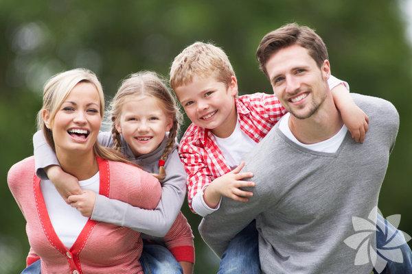 1. Açık roller Oldukça basit: Siz ebeveynsiniz, o ise çocuk. Arkadaşları değilsiniz. Kendi yollarında giderken, saygı çerçevesinde davranacakları sıradan bir yetişkin değilsiniz. Siz anne ve babasısınız. Yani gösteriyi siz yönetiyorsunuz, kültürü siz yaratıyor, kuralları siz koyuyor ve bunlara uyulmasını da yine siz sağlıyorsunuz. Elbette kurallarınız takip edildiğinde, onay ve takdir sunmalısınız ve tam tersi geçerli olduğunda da tutarlı sonuçlar olmalıdır. Eğer hiçbir sınır koymazsanız, çocuklarınız istedikleri her şeyi yapabileceklerini düşünür ve yapamadıklarında da sinir krizleri geçirebilirler. Tabii ki dikta rejiminden bahsetmiyoruz! Eğer çocuklar sizden ya da gücünüzden korktuğu için sizi dinliyor ya da kurallara uyuyorsa, bu size güvenmemelerine sebep olur. Ama sevgi vakıf olduğunda, sizden her zaman hoşlanmasalar bile, hep güvenip saygı göstereceklerdir. Bu herkesin lehine çalışacak sağlıklı duygusal kaldıraç, her zaman işe yaratacaktır.