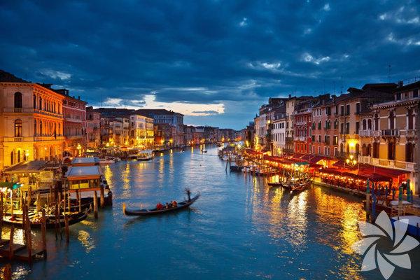 Venedik Kuzeydoğu İtalya'da birbirinden kanallarla ayrılmış ve köprülerle bağlanan 118 adanın üzerine kurulu bir şehir...