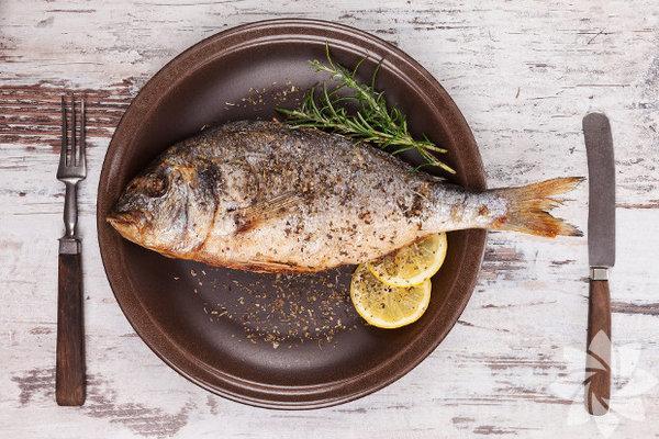 Uzmanlara göre her ay mevsimine uygun balık yemelisiniz. Bunun temel sebebi, pek çok deniz canlısının yumurtlama zamanının nisan ve ekim ayları arasına denk gelmesi... Yumurtlama dönemindeki balıkları yemeniz, deniz ekosisteminin bozulmasına sebep olur. Yavru ve yumurtlamak üzere olan balıkları yemekse bir sonraki balık sezonlarında, balık stoklarının çok hızlı düşmesine ve türlerin yok olmasına neden oluyor. İşte bunlara sebep olmamak için mart ayında tüketebileceğiniz balıkları sizler için sıraladık...