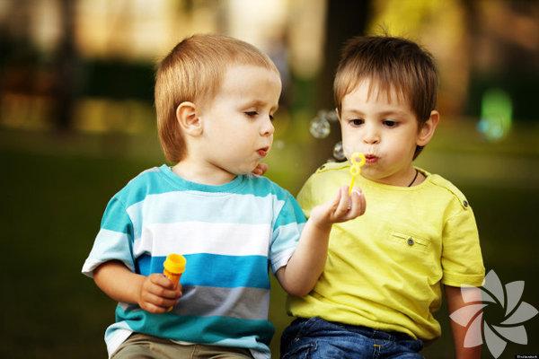 1. Onlara seçenek sunun Çocuğunuzu paylaşmaya zorlamak, onun daha sonra bunu kendi kendisine yapmak istemesini engelleyecektir. Eğer ona tercih hakkı sunarsanız, kendilerini durumun daha çok içinde hissedecekler ve duygularının dikkate alındığını bileceklerdir. Bazı oyuncaklarını bir arkadaşı ile paylaşmak isteyip istemediğini sorun ya da öğle yemeğini kardeşi ile. Eğer hayır der ise, neden paylaşmaya istekli olmaları gerektiğini onlara açıklayın. Eğer evet derse, verdikleri bu güzel karar için onları övmeyi ihmal etmeyin.