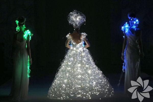 2015'te gelinleri ışıldayacak. Işık saçan gelinlikleri derledik. Japon Modacı Yumi Katsura tasarımı ışıklı gelinlik...
