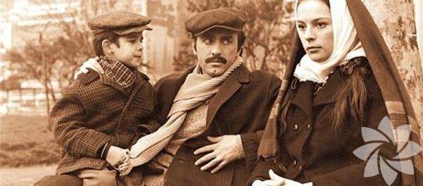 """Gelin 1973 Yönetmen: Lütfi Ö. Akad Akad'ın """"göç"""" üçlemesinin ilk filmi, Yozgat'tan İstanbul'a göçen kalabalık bir ailenin öyküsünü anlatıyor. Şehirde manevi değerlerini kaybeden baba, market uğruna kurban edilen torun ve bütün bunlara karşı duran bir gelin... Günümüzde giderek artan kadın cinayetlerinin kökenlerindeki sosyolojik nedenleri yıllar öncesinden deşifre eden, yalın anlatımıyla klasikleşmiş bir film."""