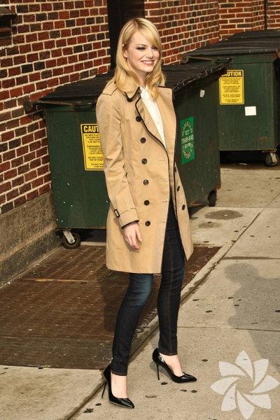 Emma Stone trençkot'u günlük hayatta kullanan isimlerden...