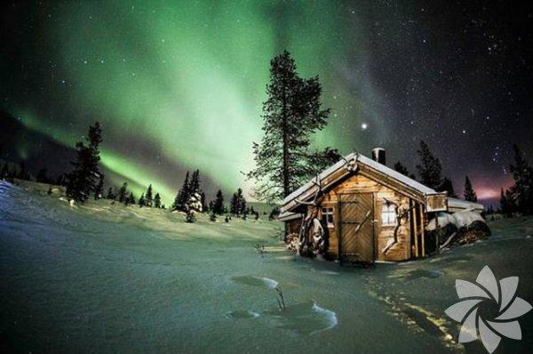 Kutup ışıkları, dünyanınmanyetik alanıile Güneş'ten gelen yüklü parçacıkların etkileşimi sonucu ortaya çıkan doğal ışımalar...