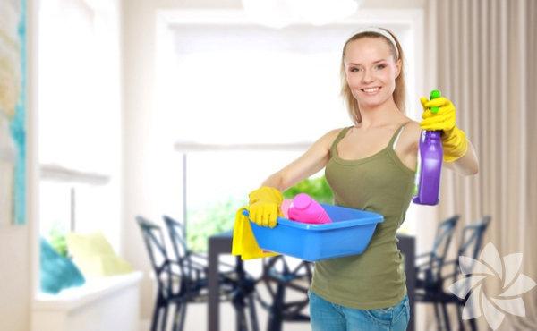 Yanınıza, size destek olacak birini alarak bir cumartesi gününü bu işe ayırın. Öncelikli olarak tüm halılarınızı toplayın ve yıkamaya verin.