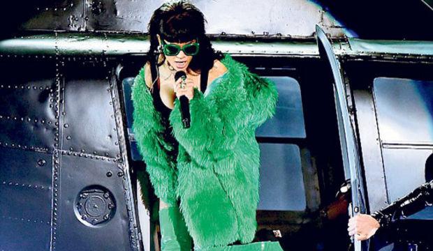 Yeşil kürk mantolu Rihanna...