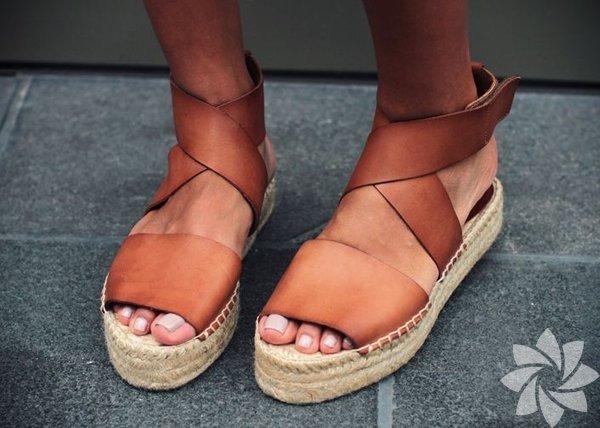 Hasır TopukHasır demek yaz demek! Bu sandaletlerin tabanları hasır plaj çantanızla uyum sağlayacak!