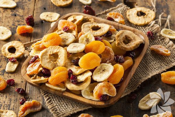 Ananastan kiviye, elmadan eriğe kurutulmuş meyveler, tazelerinin yerini alıyor. Üstelik hem çok faydalı hem de daha doyurucular. Peki hangi kuru meyve neye iyi geliyor? Günde ne kadar tüketmeli, evde nasıl hazırlamalı? Cevapları bu yazıda.