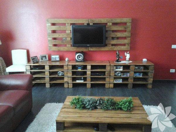 Eski paletten elde edilmiş TV ünitesi ile herkesi hayran bırakacak bir dönüşüm örneğini salonunuzda sergileyebilirsiniz.