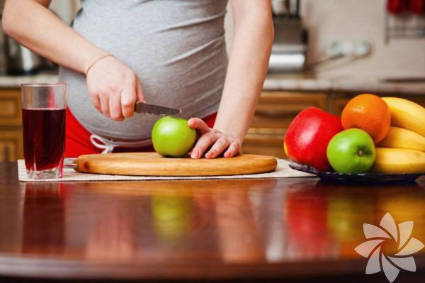 1. Listeriya: Listeriya et, tavuk, deniz ürünleri, pastörize olmayan süt ürünleriyle yapılmış gıdalar gibi kullanıma hazır, dondurulmuş besinlerde bulunan zararlı bir bakteridir. Hamileliğin ilk üç ayında düşük yapmanıza sebep olabilir. Hamileliğiniz son üç aya doğru ilerledikçe ise prematüre doğuma, düşük doğum ağırlığına ve hatta bebek ölümüne yol açabilir. Bakterinin hamileliğin son dönemlerinde bulaşması, bebeğinizde zihinsel gerilik, felç, körlük, beyin, kalp ve böbreklerde rahatsızlık gibi ciddi sorunlar yaratabilir.