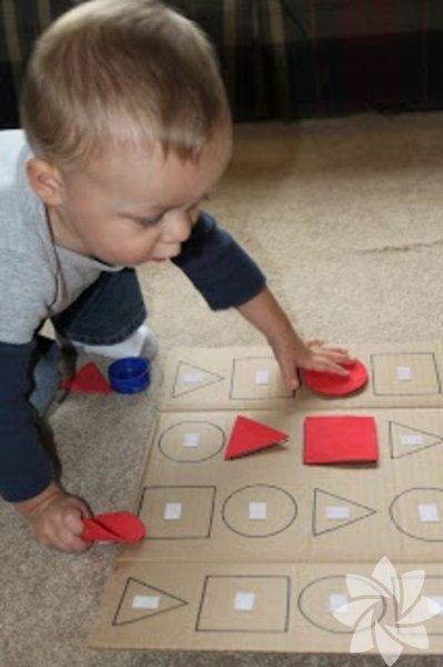 Şekilleri ve renkleri tanıma 1. Blok kutusu Malzemeler: Kapaklı ayakkabı kutusu, tahta bloklar (geometrik şekilli), kalem, makas Gelişen beceriler: El-göz koordinasyonu, eşleştirme, boyut ve şekil ayrımı, görsel ayrım Şekillerle oynamak bebeğinizi matematiğe hazırlar. Blokları teker teker kutunun üzerine koyun, kenarlarını kalemle çizin ve makas yardımıyla şekilleri çıkarın. Bebeğinizle birlikte blokları deliklerden geçirerek eğlenin. Tekrar tekrar yapın. Bebeğinizin blok kutusunu keşfetmesine izin verin. Zamanla hangi bloğun hangi delikten geçebileceğini öğrenecektir.