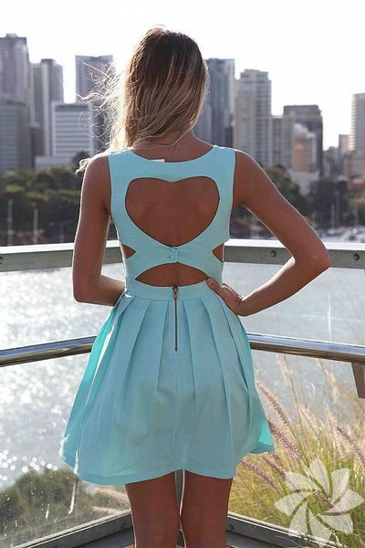 Günlük elbiselerde ya da davetiye elbiselerinde bugünlerde sıkça rastladığımız cut out modası bizce elbiselere çok yakıştı.