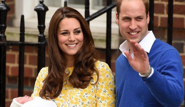 Kate Middleton kızını kucağına aldı!